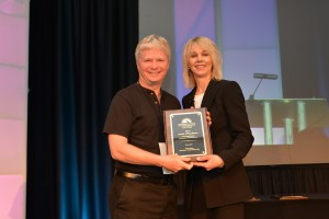 Glenn Hughes accepts IPSI award for Photo Jolts